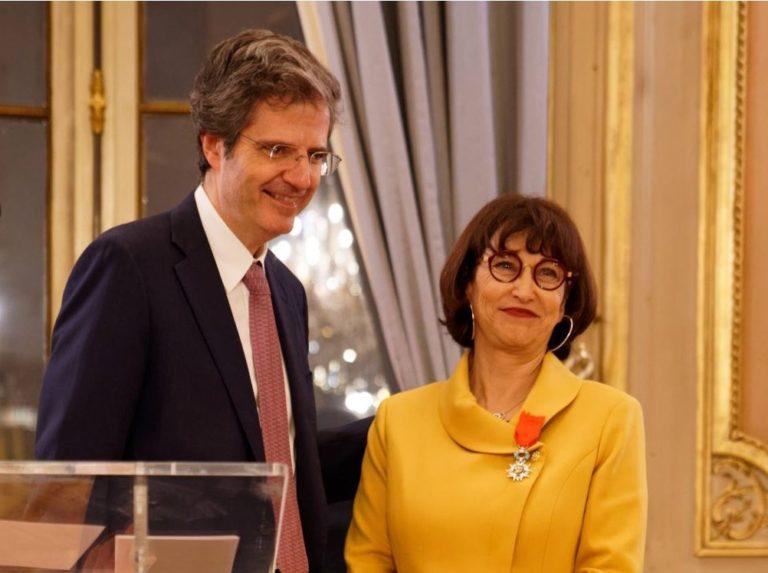 Martine Combemale recevant la Légion d'honneur de la part de Monsieur François Delattre, Secrétaire général du Ministère de l'Europe et des Affaires étrangères