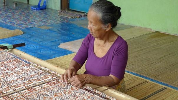 Une tisseuse faisant son métier dans la Longhouse de Rumah Gare Malaisie